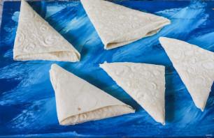Треугольники из лаваша с творогом - фото шаг 4