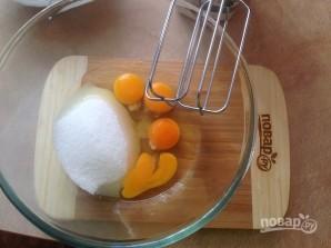 Бисквитный торт с вишней и творожным кремом - фото шаг 1