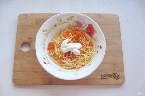 Салат с сыром и чесноком - фото шаг 5