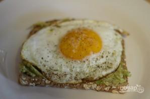 Тост с авокадо и яйцом - фото шаг 6