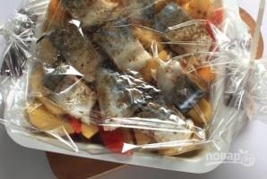 Скумбрия в духовке с картошкой - фото шаг 6