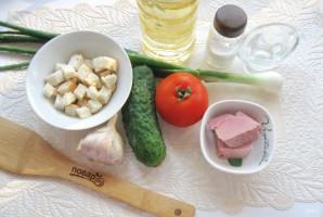Салат с помидорами, огурцами и сухариками - фото шаг 1
