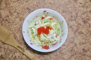 Салат с крабовыми палочками и икрой - фото шаг 6