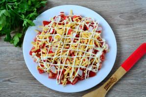 Салат с помидорами, крабовыми палочками, сыром и чесноком - фото шаг 6