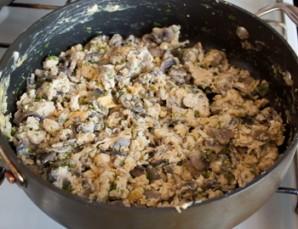 Кальмар, фаршированный грибами и яйцом - фото шаг 3