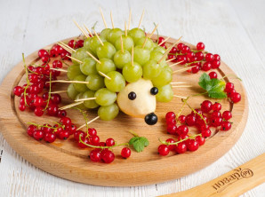 Ежик из винограда и груши - фото шаг 7
