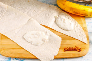 Конвертики из лаваша с творогом и бананом - фото шаг 3