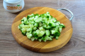Салат с яйцом, тунцом и огурцом - фото шаг 2