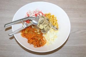 Салат из крабовых палочек с шампиньонами - фото шаг 11
