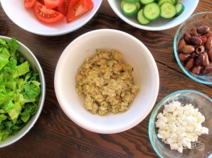 Греческий салат с киноа - фото шаг 4