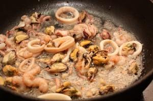 Макароны с морепродуктами - фото шаг 2