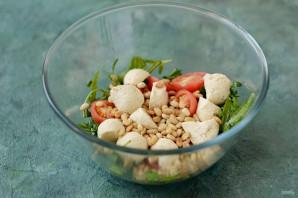 Салат с рукколой, помидорами черри и кедровыми орешками - фото шаг 6