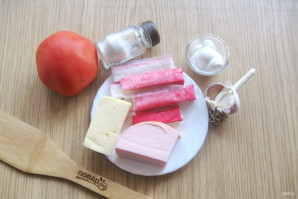 Салат с крабовыми палочками и колбасой - фото шаг 1