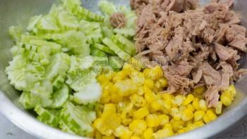 Салат с тунцом и маринованными огурцами - фото шаг 3