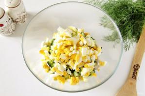 Салат с куриной грудкой и маринованным луком - фото шаг 5