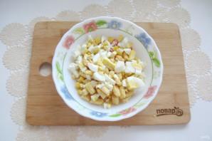 Салат с крабовыми палочками и кириешками - фото шаг 5
