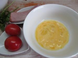 Салат с яичными блинчиками фунчозой и колбасой - фото шаг 3