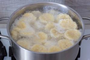 Сырные клецки с клубничным соусом - фото шаг 11
