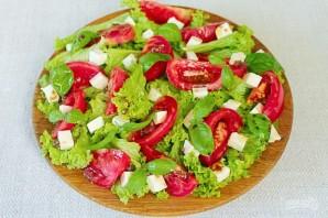 Зеленый салат с помидором и овечьей брынзой - фото шаг 6
