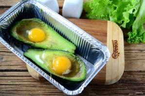 Яичница в авокадо - фото шаг 2