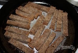 Гренки из черного хлеба с сыром и чесноком - фото шаг 2