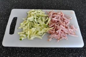 Салат с ветчиной и огурцами - фото шаг 2