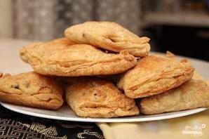 Слоеные пирожки с курицей и сыром - фото шаг 5