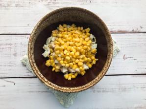 Салат с гренками и кукурузой - фото шаг 4