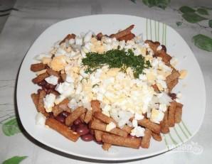 Сырный салат с сухариками - фото шаг 4