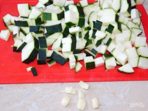 Мясо в сливках с кабачками и грибами в духовке - фото шаг 3