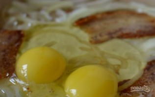 Яичница с беконом - фото шаг 4