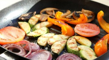 Овощи на сковороде - фото шаг 3