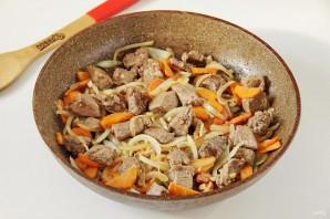 Говядина на сковороде с морковью и луком - фото шаг 5