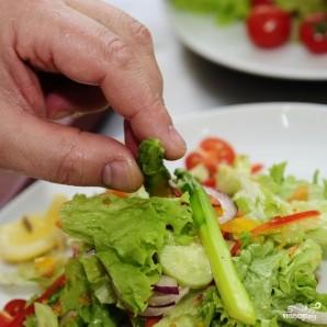 Салат с креветками и кальмарами - фото шаг 10