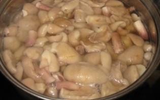 Маслята, жареные с луком - фото шаг 2