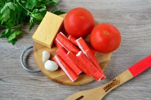 Салат с помидорами, крабовыми палочками, сыром и чесноком - фото шаг 1