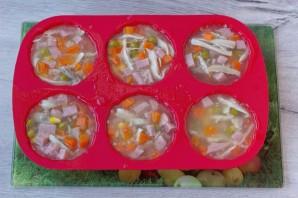 Аспик из курицы и овощей - фото шаг 8