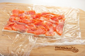 Сырный рулет с лососем на Новый год - фото шаг 5