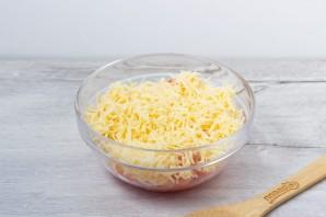 Крабовый салат с сыром и помидорами - фото шаг 3