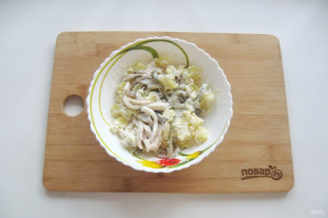 Салат с кальмарами и маринованными грибами - фото шаг 9
