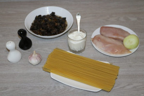 Паста с грудкой и грибами - фото шаг 1