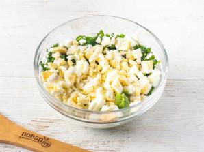 Cалат с листьями салата и яйцом - фото шаг 4