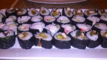 Суши с огурцом и крабовыми палочками - фото шаг 7