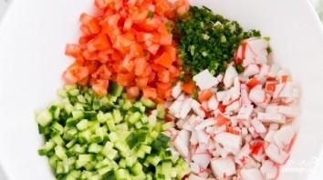 Крабовый салат с помидорами и огурцами - фото шаг 3