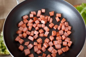 Салат с жареной колбасой - фото шаг 5