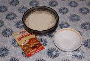 Пирожки с луком и яйцом на дрожжевом тесте - фото шаг 1
