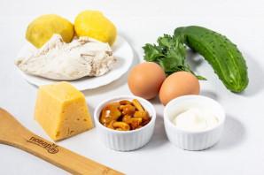 Салат с курицей, яйцом, грибами и огурцом - фото шаг 1