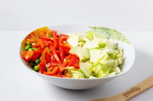 Салат с куриной грудкой и зеленым горошком - фото шаг 6