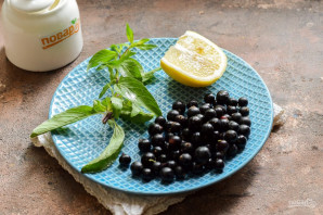 Компот из смородины с мятой и лимоном на зиму - фото шаг 1
