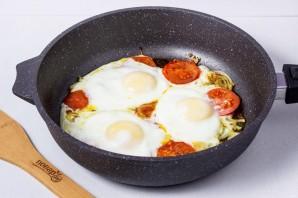 Яичница с помидорами и луком - фото шаг 4